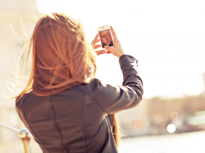 NG行動3:一緒にいるときに自撮り写真を撮ってSNSにアップする