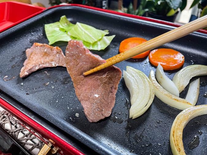 「焼肉 菜好牛」お肉を焼いている画像