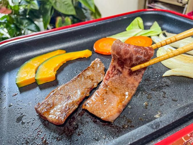 「焼肉 菜好牛」もみだれに漬けたお肉を焼くシーン