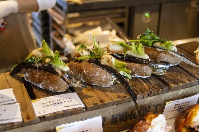 「アマムダコタン表参道店」さんまのコンフィと白カブマリネドッグ