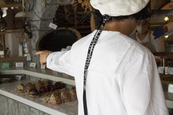 アマムダコタン表参道店スタッフの制服も注目